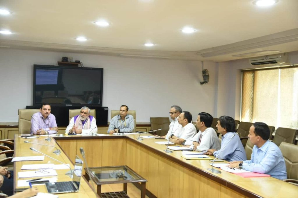 आला अधिकारियों से बातचीत करते हुए स्वास्थ्य राज्य मंत्री